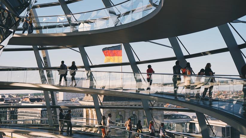 Bundesregierung: Der Bundestag befindet sich in Berlin, wie auch die meisten Bundesministerien. Sechs Ministerien haben ihren Dienstsitz jedoch in Bonn.