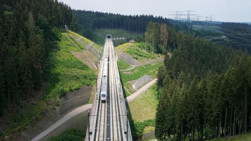 """Klimaschutz: Die Grünen wollen die Bahnfahrzeit zwischen möglichst vielen Orten im Inland und im benachbarten Ausland auf """"maximal vier Stunden"""" senken."""