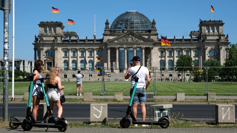 Sonntagstrend: Touristen vor dem Reichstagsgebäude in Berlin