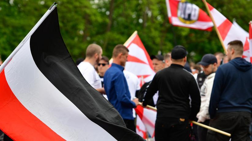 Parteienfinanzierung: Unterstützer der NPD bei einer Demonstration in Erfurt tragen die schwarz-weiß-rote Reichsflagge, die von den Nationalsozialisten benutzt wurde.
