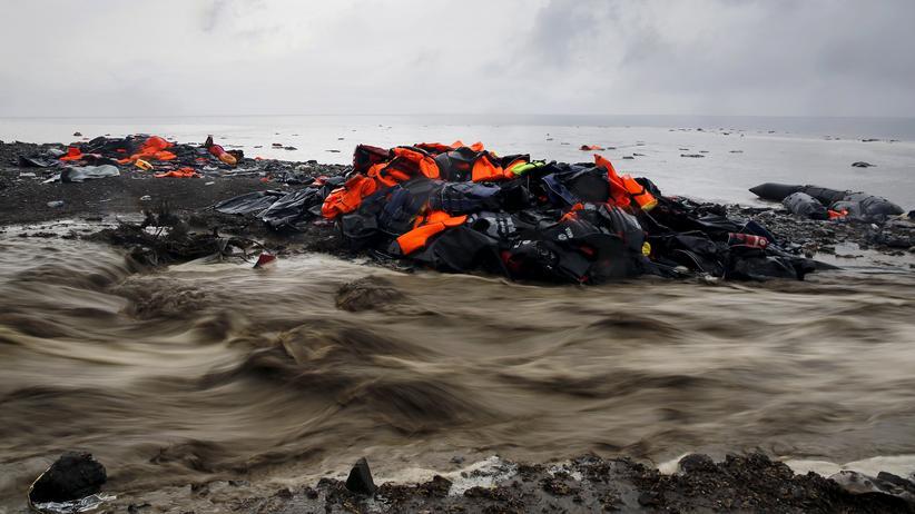 Seenotrettung: Auf der griechischen Insel Lesbos angespülte Rettungswesten von Geflüchteten.