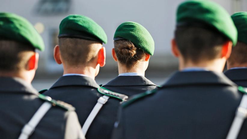 Bundeswehr: Ein Wachbataillon der Bundeswehr vor dem Bundesverteidigungsministerium in Berlin
