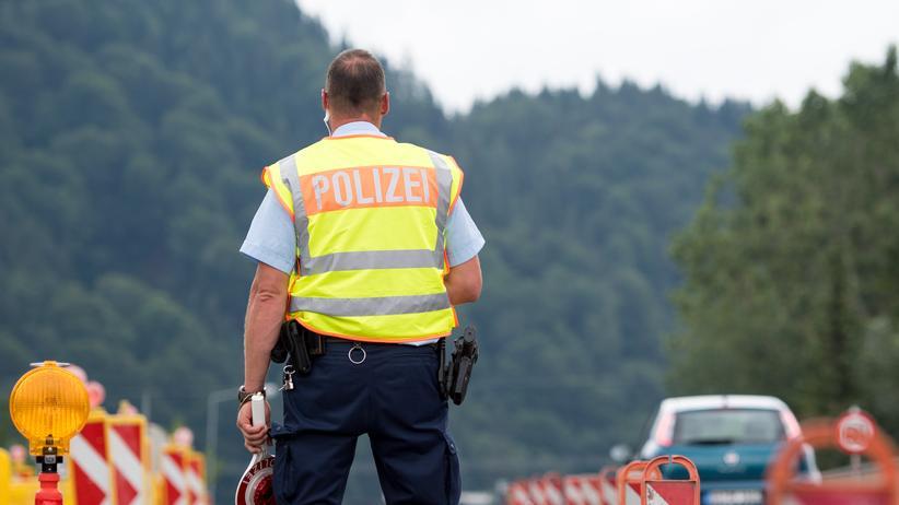 Migration: Bundespolizisten kontrollieren Autos an der Grenze zu Österreich. Allein auf Basis eines voriges Jahr geschlossenen Rücknahme-Abkommens mit Griechenland dürfen sie dort keine Asylbewerber zurückweisen, urteilte nun ein Gericht.