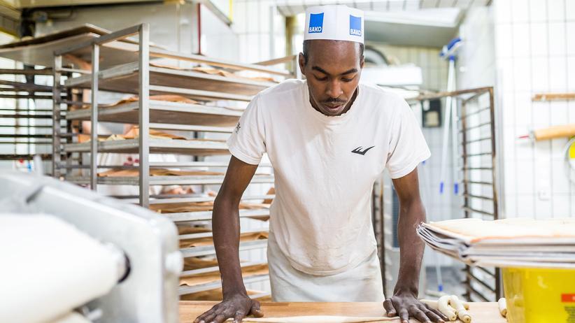 2018: Ein Auszubildender aus Nigeria arbeitet in einer Bäckerei in Reutlingen.
