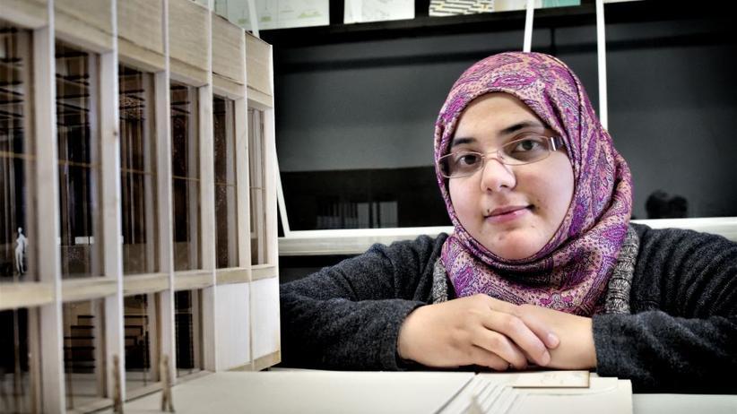 """""""Wenn ich meinen Abschluss habe, möchte ich gerne in Deutschland arbeiten, damit ich dem Land etwas zurückgeben kann."""" 2013 floh Bnana Darwish aus Syrien. Heute studiert sie in Stuttgart Architektur."""