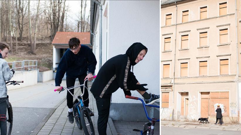 Ostdeutsche Politiker: Drei Jugendliche aus Chemnitz treffen sich mit ihren BMX-Fahrrädern (links), eine Frau spaziert mit ihrem Hund an einem Haus in Chemnitz vorbei (rechts).