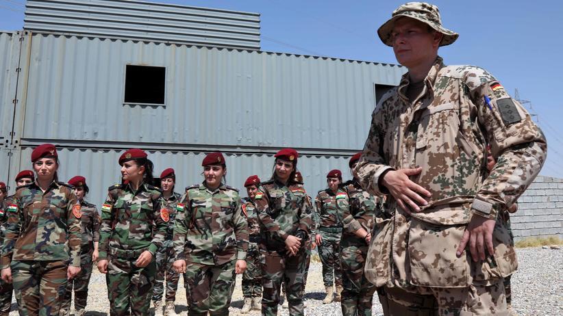 Bundeswehr: Ein deutscher Offizier überwacht im Irak die Ausbildung von kurdischen Peschmerga-Kämpferinnen.