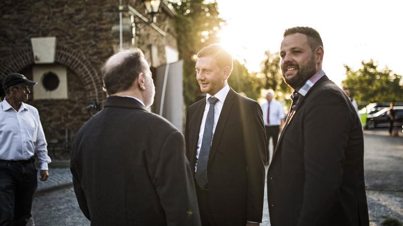 CDU-Abgeordneter: Sebastian Fischer (rechts) mit dem sächsischen CDU-Spitzenkandidaten Michael Kretschmer (Mitte), aufgenommen vor wenigen Wochen bei einem Familienfest in Fischers Wahlkreis.