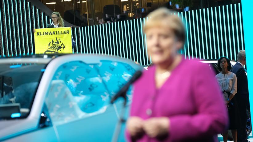 IAA: Angela Merkel an einem der Ausstellungsstände auf der IAA in Frankfurt