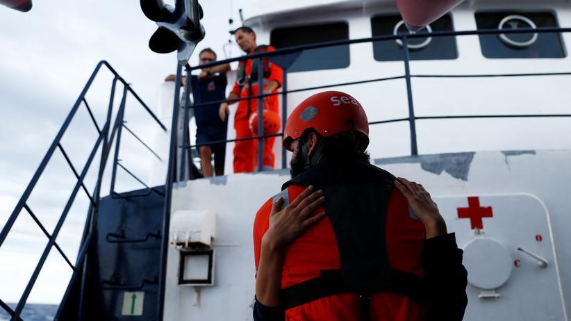 """Seenotrettung: Hilfskräfte der Rettungsorganisation Sea-Eye auf dem Schiff """"Alan Kurdi"""""""