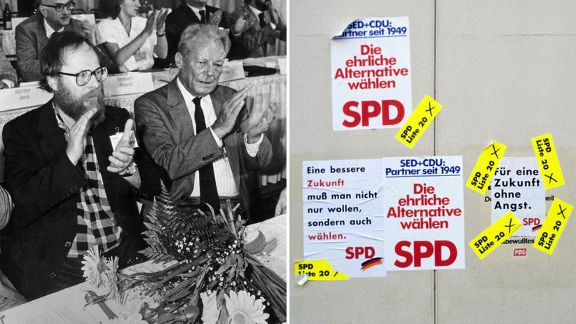 Nach seiner Wahl zum SPD-Vorsitzenden in der DDR im Juni 1990 nimmt Wolfgang Thierse neben Willy Brandt Platz. Daneben: SPD-Wahlplakate der SPD in Ost-Berlin