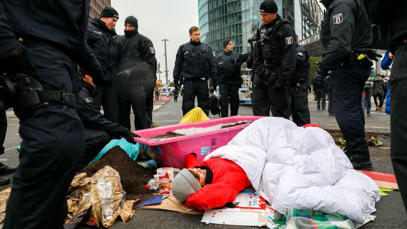 Klimaaktivismus : Demonstranten harren in Berlin trotz Regen aus