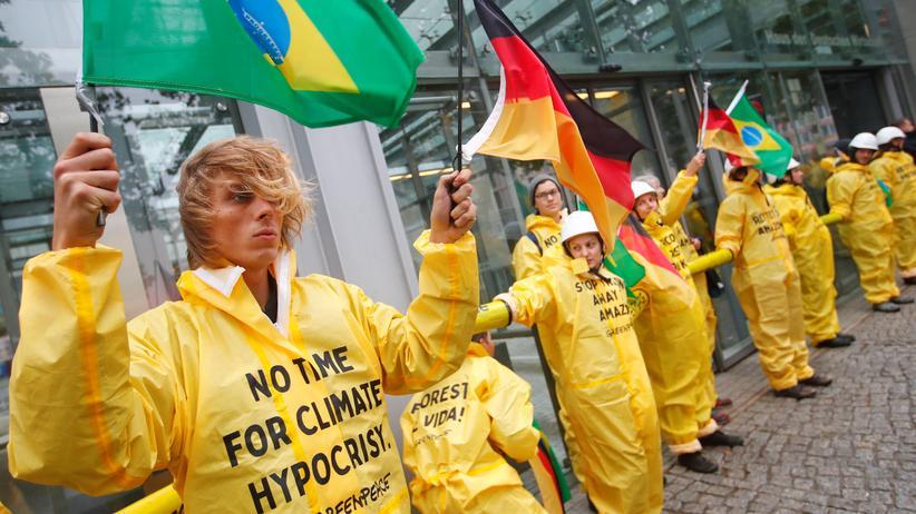Klimaklage: Greenpeace-Aktivisten bei einer Protestaktion im September in Berlin