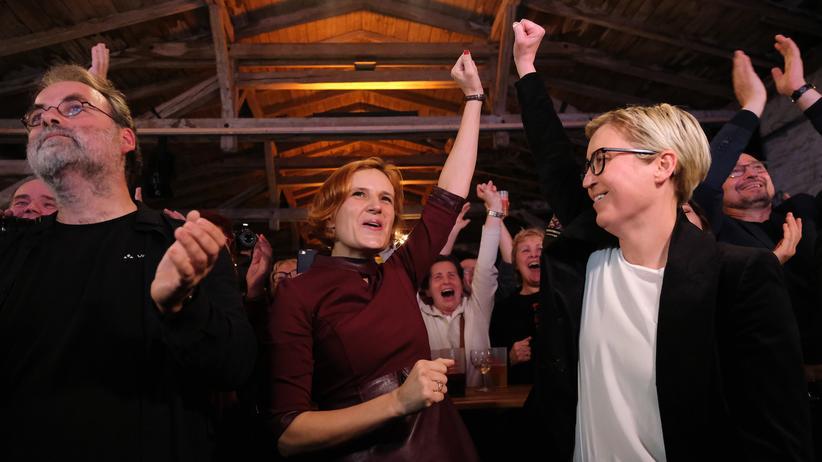 Landtagswahl in Thüringen: Linken-Chefin Katja Kipping und die Thüringer Vorsitzende der Linkspartei, Susanne Hennig-Wellow,  feiern in Erfurt den Sieg ihrer Partei bei der Landtagswahl in Thüringen.