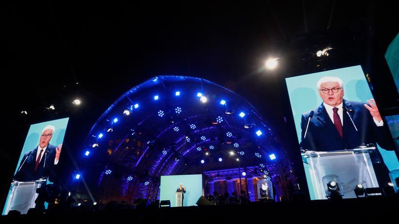 30 Jahre Mauerfall: Bundespräsident Frank-Walter Steinmeier bei der Mauerparty am Brandenburger Tor zum 30. Jubiläum des Falls der Mauer