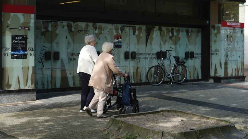Altersvorsorge: Zwei Rentnerinnen laufen an einem leeren Einkaufsmarkt in Herten vorbei. Wer eine Betriebsrente bezieht, muss oft gut ein Sechstel der Altersbezüge an die gesetzliche Krankenversicherung zahlen.