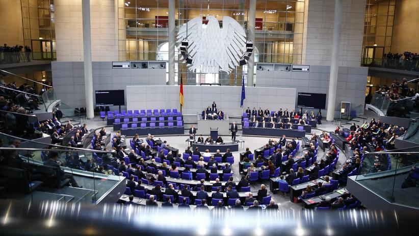 Bundestagsarbeit: Blick in den Plenarsaal des deutschen Bundestags