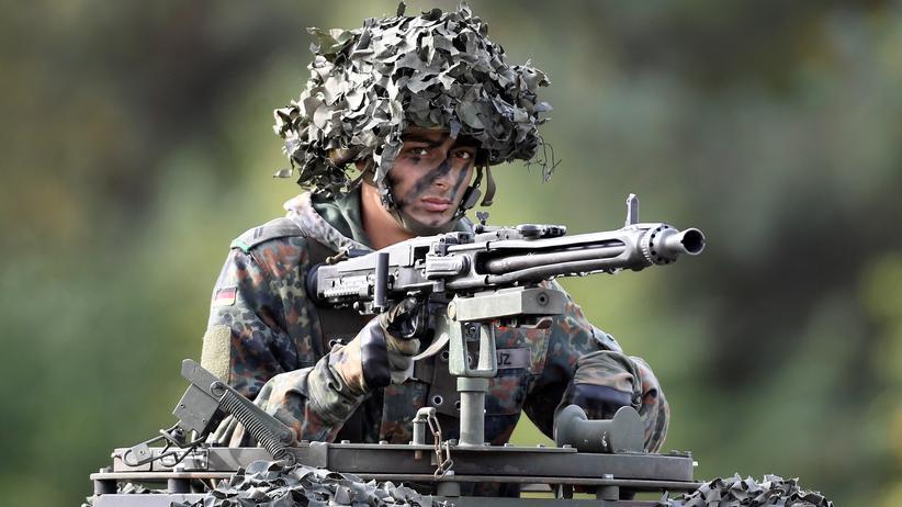 Bundeswehr: Ein Soldat der Bundeswehr nimmt an einer Übung in Bergen teil.
