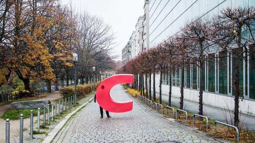 """CDU-Parteitag: Greenpeace-Aktivisten haben am Donnerstag das """"C"""" von der CDU-Parteizentrale in Berlin geklaut, um ihrer Forderung nach mehr Klimaschutz Ausdruck zu verleihen."""