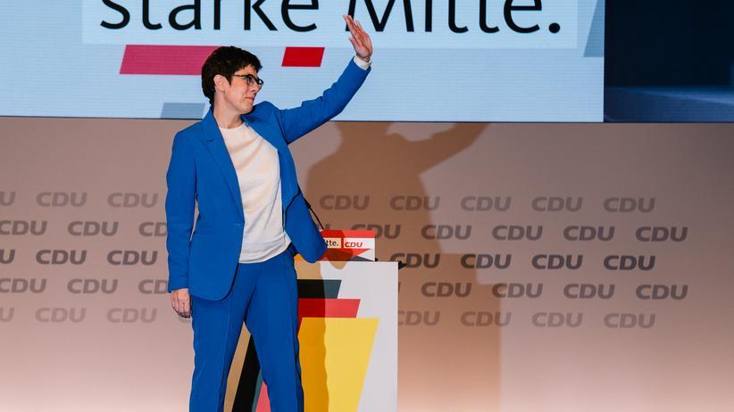 CDU-Parteitag: Mitten auf der Leipziger Bühne: Eine weitgehend unangefochtene CDU-Parteichefin