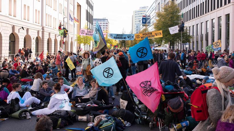 Frank-Walter Steinmeier: Klimaaktivisten der Gruppe Extinction Rebellion demonstrieren vor dem Umweltministerium in Berlin.