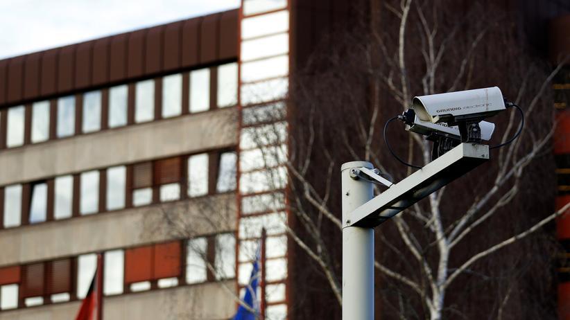 Rechtsextremismus-Verdacht: Eine Überwachungskamera vor dem Bundesamt für Verfassungsschutz in Köln