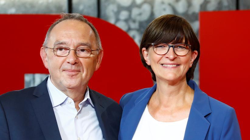 Saskia Esken und Norbert Walter-Borjans: Norbert Walter-Borjans und Saskia Esken bewerben sich gemeinsam um den SPD-Parteivorsitz. Das gegenersiche Duo bilden Bundesfinanzminister Olaf Scholz und Klara Geywitz.