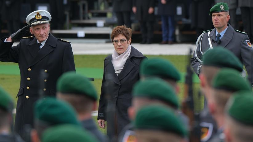 Verteidigungsministerin: Verteidigungsministerin Annegret Kramp-Karrenbauer feiert am Berliner Reichstag mit Rekruten der Bundeswehr den 64. Gründungstag der Armee.