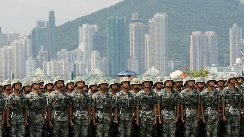 Bundeswehr: Soldaten der chinesischen Volksbefreiungsarmee bei einer Vorführung in Hongkong