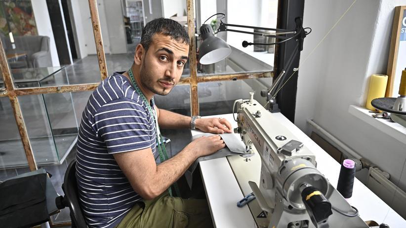 Bayerischer Verfassungsgerichtshof: Der Syrer Khaldoun al-Hussain in einer Werkstatt, die aus alten Schlauchbooten neue Produkte macht