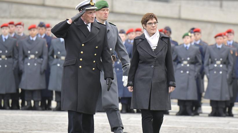 Bundeswehr: Verteidigungsministerin Annegret Kramp-Karrenbauer und Vizeadmiral und Stellvertreter des Generalinspekteurs der Bundeswehr, Joachim Georg Rühle, am 12. November vor dem Reichstagsgebäude