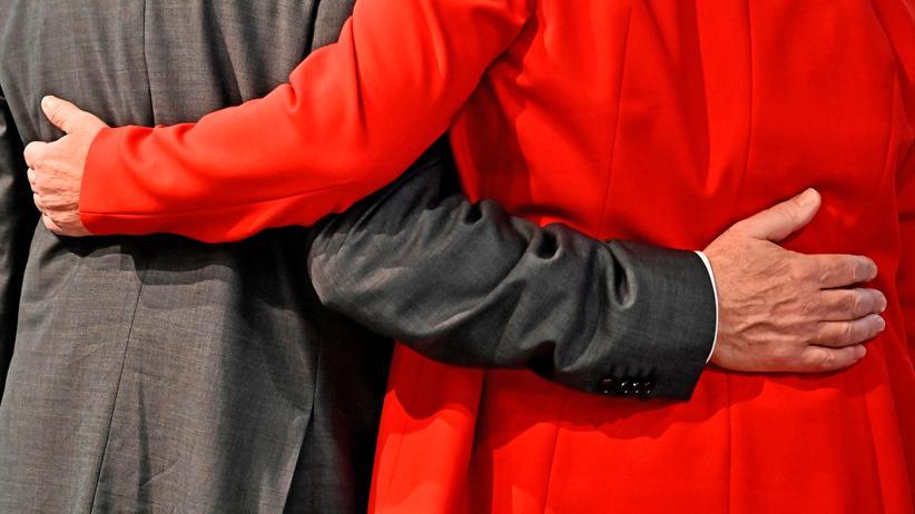 SPD-Parteitag: Die beiden neuen SPD-Vorsitzenden Saskia Esken und Norbert Walter-Borjans feierten ihre Wahl Arm in Arm.