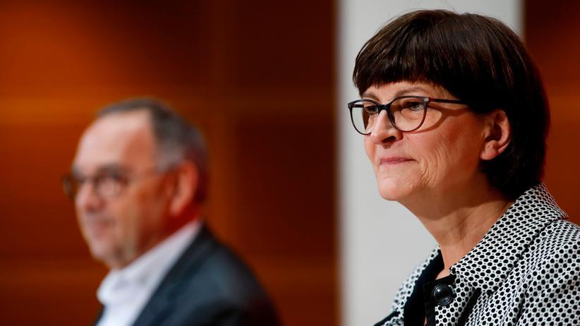 Saskia Esken: Saskia Esken im Willy-Brandt-Haus, ihrem neuen Arbeitsplatz. Im Hintergrund: ihr Co-Parteichef Norbert Walter-Borjans.
