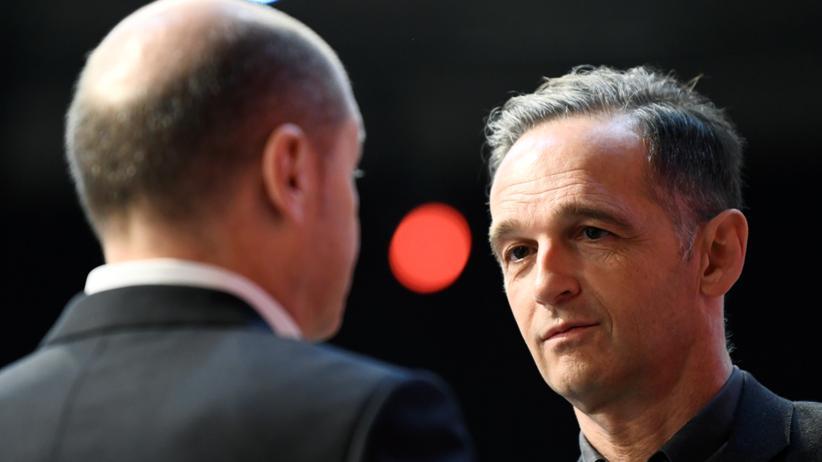 SPD-Vorstandswahl: Bundesaußenminister Heiko Maas im Gespräch mit Finanzminister Olaf Scholz beim SPD-Parteitag in Berlin
