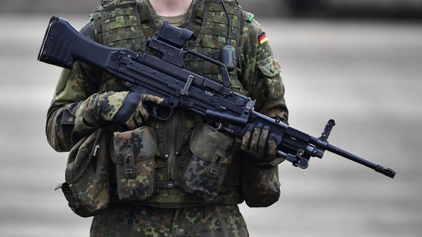 Ausrüstung: Ein deutscher Soldat hält ein Maschinengewehr MG4 in der Hand. Durch eine Änderung im Vergaberecht soll die Bundeswehr schneller ihren Bedarf an Ausrüstung für Einsätze decken können.