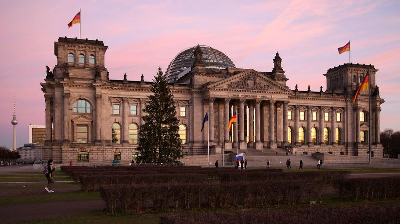 Bundeshaushalt: Reichstag mit Rosarot: Im Bundeshaushalt ist offenbar ein kleines Plus zu verzeichnen.