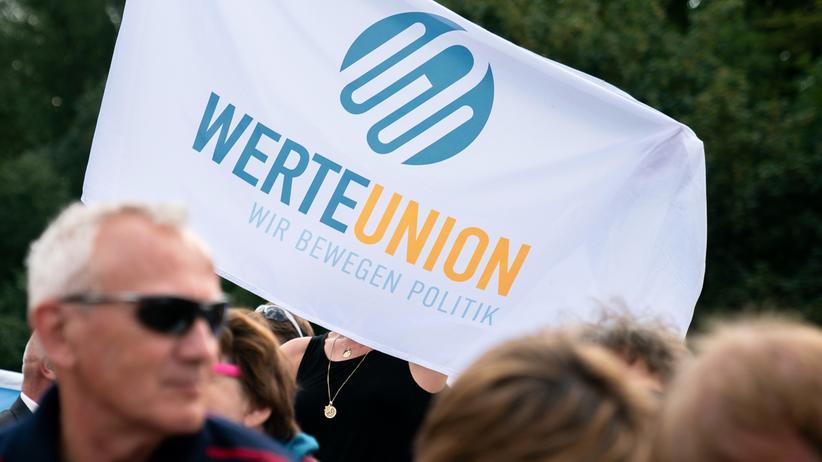 Ralf Höcker: Ein Plakat der WerteUnion auf einer Veranstaltung im August 2019 in Potsdam