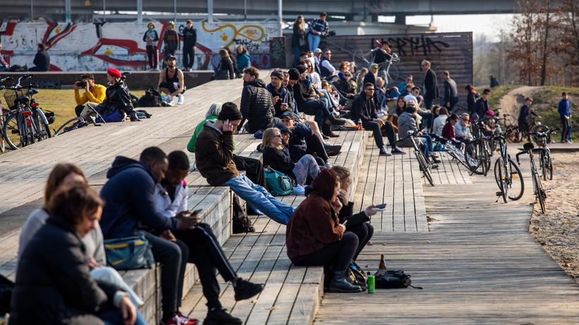 Corona-Kontaktverbot: Trotz Corona-Warnung eng beieinander: Menschen in Berlin (Bild vom Samstag)