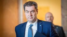Coronavirus-Liveblog: 19.03.2020, Bayern, München: Markus Söder (CSU), Ministerpräsident von Bayern, kommt zu einer Plenarsitzung in den bayerischen Landtag. Thema der Sitzung ist eine Regierungserklärung samt Debatten zur Coronavirus-Krise in Bayern. Foto: Sven Hoppe/dpa +++ dpa-Bildfunk +++ | Verwendung weltweit