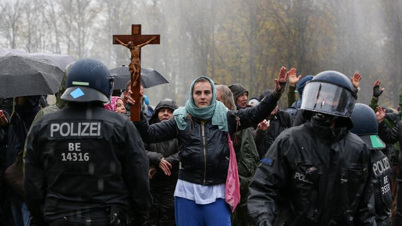 Proteste gegen Corona-Politik: Eine Demonstrantin nahe dem Brandenburger Tor in Berlin