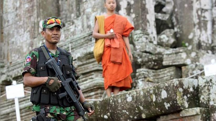 Kambodscha: Ein kambodschanischer Soldat und ein buddhistischer Mönch stehen im August 2008 während einer offiziellen Feierlichkeit am Preah-Vihear-Tempel