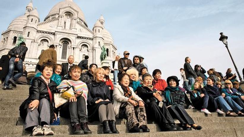 Japanische Touristen: Bei ihrem ersten Parisurlaub hat sich die blonde Nakazawa Junko nicht aus dem Hotel getraut. Dieses Mal besucht sie Sacré Coeur in der Gruppe