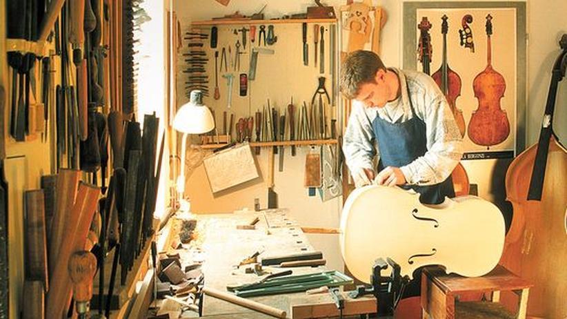Instrumentenbau: Björn Stoll ist Kontrabass- und Cellobauer im Musicon Valley. Die Raffinessen des Gewerbes hat er vom Vater gelernt