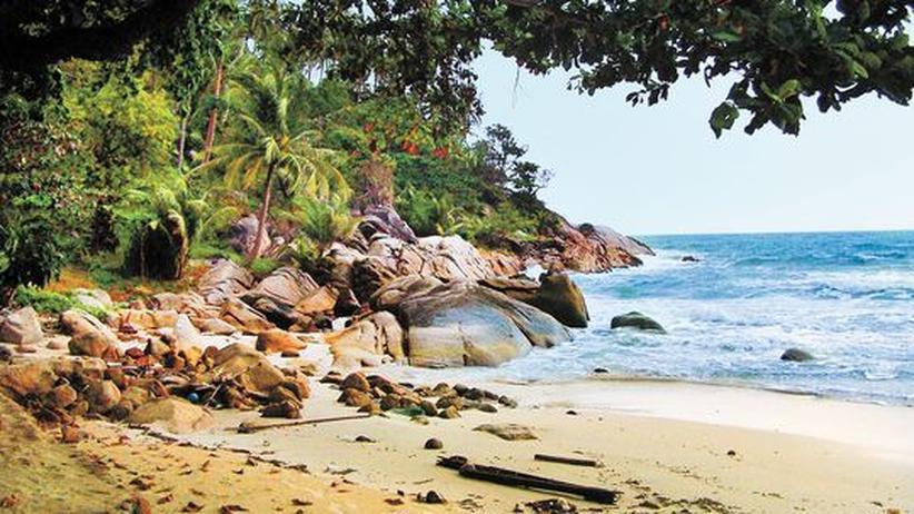 Reisen in Südostasien: Der Bottle Beach verdankt seinen Namen einer Felsformation. Man kann hier aber auch gut ein Bier trinken.
