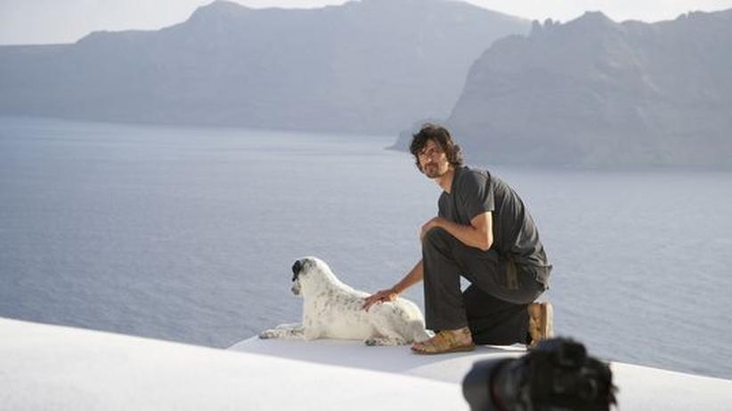 Anzenberger und sein Hund beim Shooting in Griechenland