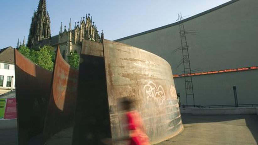 Skulptur von Richard Serra vor der Elisabethenkirche am Theaterplatz