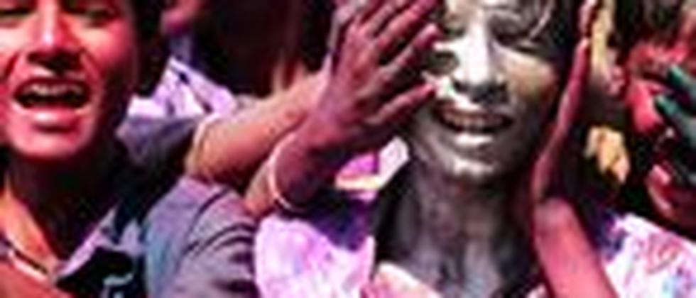 Indische Kinder beschmieren sich gegenseitig mit Farbe