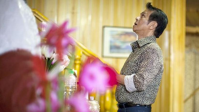 Der Heiler Jun Labo spricht ein Gebet für seine Gäste