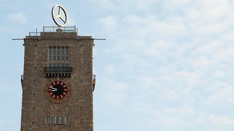Der Mercedes-Stern auf dem Bahnhofsturm erinnert an einen bedeutenden Industriezweig der Stadt