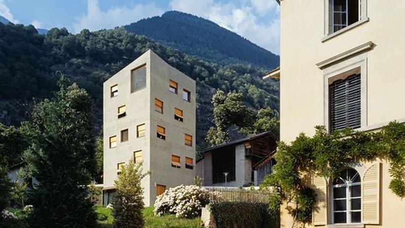 Reisebücher: Der Vogelfangturm ist ein beeindruckendes Beispiel moderner Architektur in Graubünden